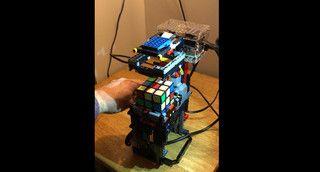 Pequeno robô feito em Lego resolve o cubo de Rubik