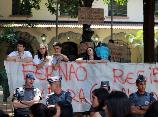Mais uma escola da capital paulista foi ocupada nesta sexta-feira (13) por estudantes, em protesto contra o projeto da Secretaria de Educação do estado que prevê o fechamento de 94