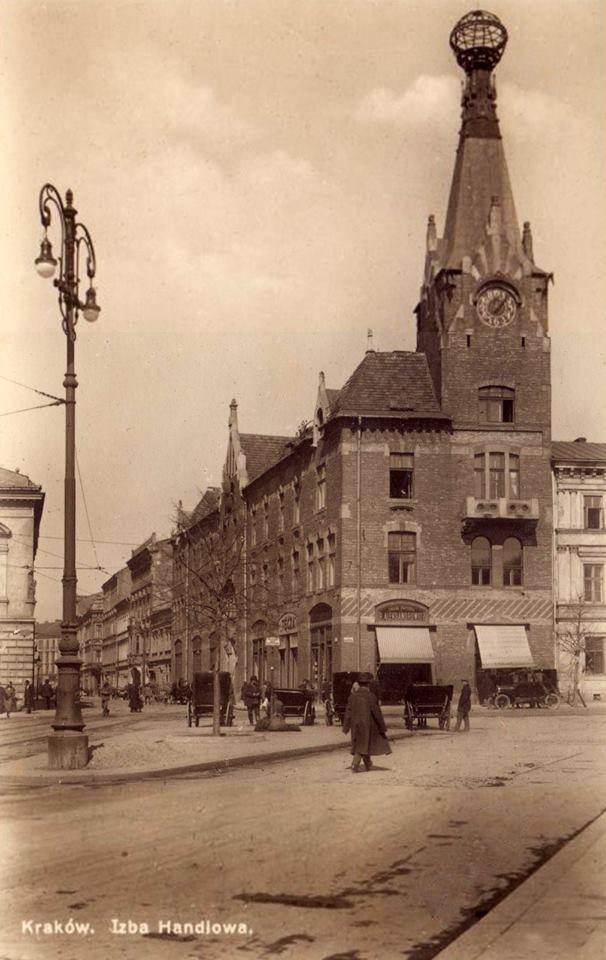 """Gmach ówczesnej Izby Handlowej """"Pod Globusem"""" na fotografii wykonanej około 1920 roku."""
