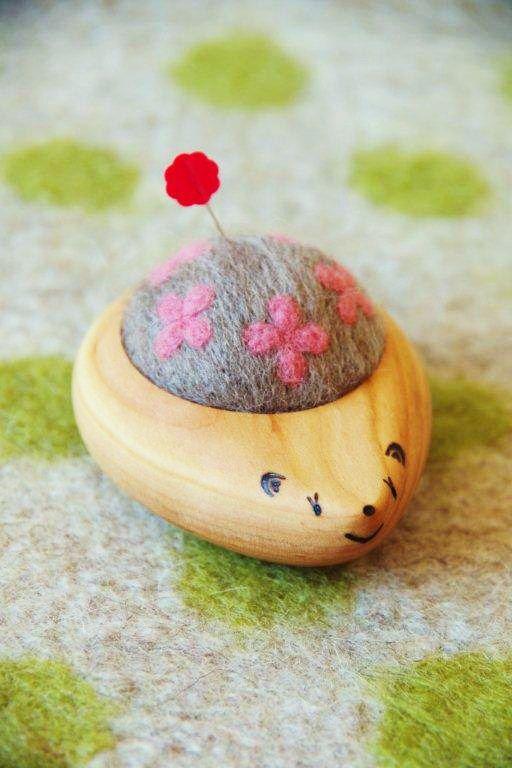 noco【宇宙人ニット帽ブローチ付/ピンクラムネ】 針をたくさん刺すと、はりねずみに!愛嬌のある顔は手書きです。針を刺す部分は羊毛100パーセント。羊毛ならではの、やわらかく、やさしい刺し心地が好評です。かわいいピンク色のお花模様が五つ入っています! 針仕事が大好きな方へのプレゼントにもおすすめです!