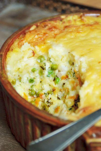 Bereiden: Kook de aardappelen in weinig water met zout gaar. Laat ze even gaar stomen, en stamp ze met de boter en warme melk tot een luchtige puree. Breng op smaak met peper en nootmuskaat. Leg de vis in een pan met een dikke bodem en giet hier de melk en de bouillon bij. Snijd de ui door, steek de kruidnagel erin en leg bij in de melk.