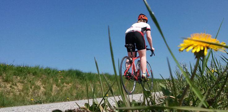Gerade für Anfänger stellt sich oft die Frage: Was anziehen beim Rennradfahren? ➤ Ich zeige Euch, welche Fahrradbekleidung auf dem Rennrad sinnvoll ist ✓.