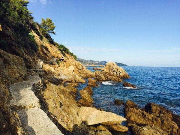 Le sentier du littoral, ce merveilleux chemin de randonnée qui ourle la côte d'Azur, passe bien sûr par Le Lavandou - ici, la portion qui mène du port à la plage Saint Clair.