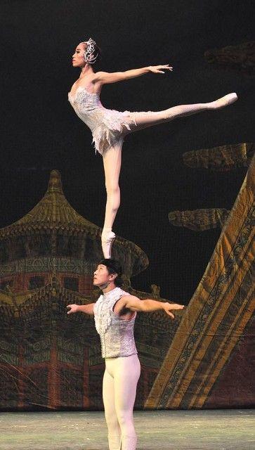 Quangdong Acrobatic Troupe- Swan Lake OMG!!!!!!!!!!!!