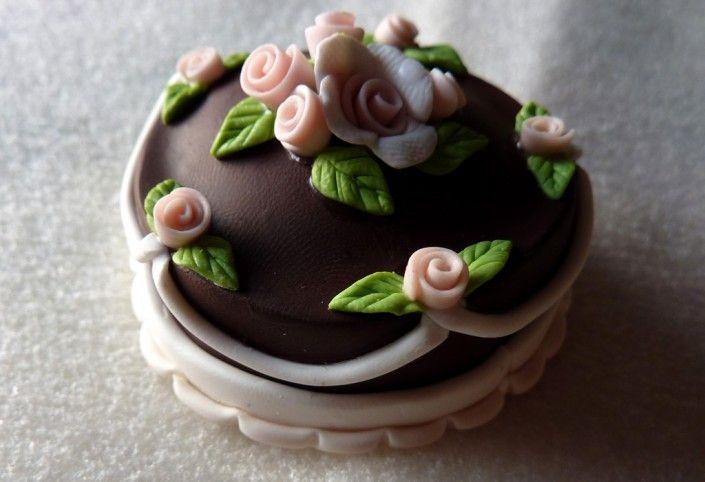 Torta cioccolato decorata con fiori rosa in fimo fatto a mano - Fimo polymer clay chocolate and roses cake handmade
