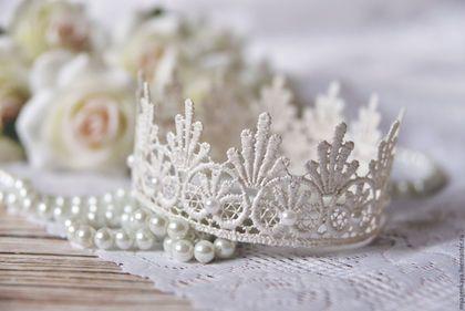 Купить или заказать Белая жемчужная корона с жемчугом в интернет-магазине на Ярмарке Мастеров. Кружевная корона для маленьких принцесс, а также для их мам; прекрасно подойдет для съемки новорожденных. Корона может быть закреплена на волосах (голове) с помощью невидимок, или резиночки. Цвет: жемчужный. Размеры короны: высота - 4,7 см диаметр - 10,5 см По Вашему желанию могу сделать корону нужного Вам диаметра, цена в этом случае изменится. Срок изготовления: 4-5 дней.