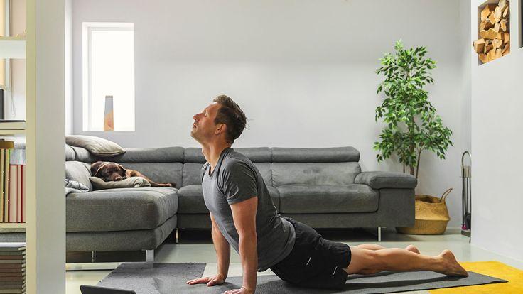 No hay pretextos, puedes entrenar estés donde estés con estos profesionales que comparten sus mejores rutinas. Yoga At Home, Best Stretches, Your Back, Shoulder Workout, Boost Metabolism, Upper Body, Back Pain, Yoga Poses, Gq