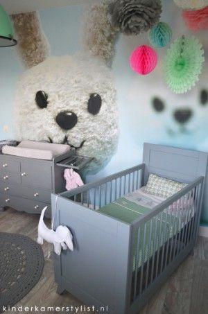 De neutrale #babykamer #binnenkijker met geweldig behang