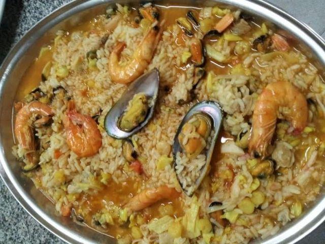 O arroz de marisco é um prato tradicional da cozinha portuguesa, tendo a sua origem na Praia de Vieira de Leiria, na região da Marinha Grande, é delicioso!