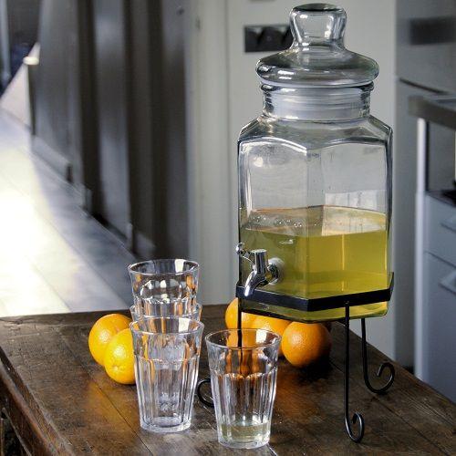 Recept voor zo'n 1,5 tot 2 liter rozemarijn limonade •1 kopje suiker •1 kopje water •3 rozemarijntakjes •5 citroenen (sap) •1 citroen voor garnering Breng langzaam 1 kopje water met de suiker en de rozemarijn aan de kook. Roer goed. Laat een half uur afkoelen, daarna haal je de rozemarijntakjes eruit. Dan pers je de citroenen uit en voeg je het sap toe aan de siroop. Doe de siroop in een limonade dispenser of karaf, schenk er de hoeveelheid water en ijsblokjes bij die je lekker vindt.