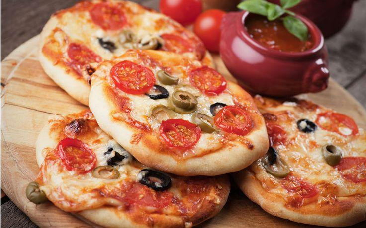Mayalı hamurlar el verip minik minik pizzalar olmaya karar verirse evlere şenlik olmaz mı? Bizce olur ve afiyetle yenir.