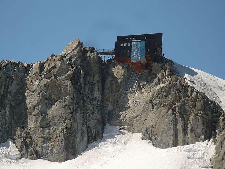 O Refuge des Cosmiques é um ótimo lugar para esquiadores e alpinistas descansarem na França