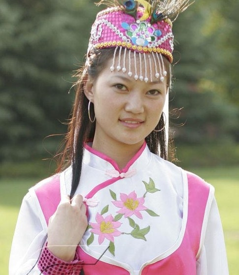 Hui girl wearing traditional Hui dress. The Hui people are ethnic Han Chinese. The major difference is that they are Muslim and not Buddhist. So they follow all Islam rules with regard to food, clothes, art, attending mosque, learning Arabic so that they can read the Koran. And as in Chinese culture, the girls are treated as equals and not as chattel.  etc etc.