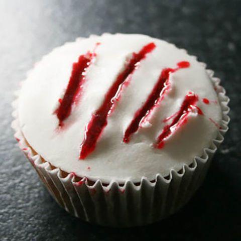 """#halloween #rezepte #cupcakes #bloody #halloweenrezepte #backen #muffins Für die Halloween Candybar eignen sich diese """"blutigen"""" Cupcakes hervorragend. Sie sehen zwar schaurig schön aus, als hätte ein Werwolf mit seinen Pranken die Glasur zerkratz, sind aber nicht weniger lecker!"""