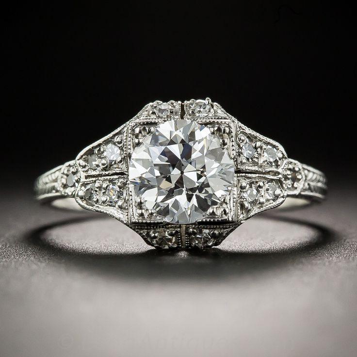 Unos deslumbrantes Art Deco originales vienen bien y fabulosa como esta maravilla de hielo blanco, alrededor de 1920s-30s. Con un impresionante y hermoso diamante Europeo de corte, con un peso de 1,17 quilates, acompañado de una clasificación Informe GIA Diamond afirmando: color D - claridad VS2, la piedra arde y centellea desde el interior de un impresionante mano montaje fabricado en platino y embellecido por todos lados con pequeñas reluciente diamantes redondos. perforación decorativo…