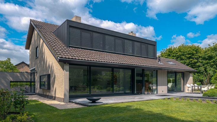 Extra lange dakkapel met drie slaapkamers met horizontale aluminium lamellenzonwering aan de buitenzijde. Deze houdt de warme zon in de zomer buiten.