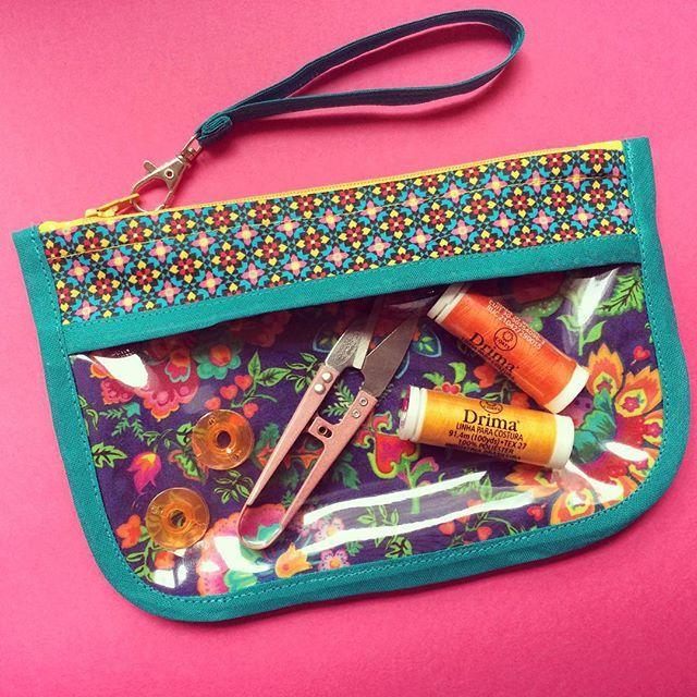 Apaixonada pelas combinações lindas que a @fagiandoso faz em seus kits de tecidos!  Essa bolsinha vai pra uma amiga querida! ❤️✨ E você, me conta o que costurou no feriado?