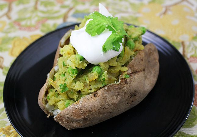 Samosa-Inspired Baked Stuffed Potatoes 2 large potatoes 1/2 onion, diced 1 1/2 teaspoons curry powder 1 1/2 teaspoons minced ginger 1/2 teaspoon mustard seeds Splash of olive oil 1/8 – 1/4 cup fresh cilantro, chopped 3/4 cup peas, cooked 3 tablespoons butter Salt and pepper (to taste) Plain yogurt (for topping). Sounds like lunch to me :)
