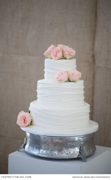 Minimal and romantic wedding cake | Soft pink touches | Photography: Moira West | Wedding Cake: Wades Cakes | Flowers & Decor: Lush Florist |