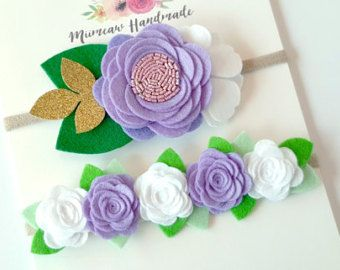 Questo set di darling duo è dotato di:  1 x singola fioritura rosa in garofano rosa su una fascia in nylon. Fiore misura circa 6 x 10 cm.  1 x feltro ghirlanda di Rose in garofano rosa e bianco su una fascia in nylon. Garland misura circa 3 x 10 cm.   ❤️ Questa inserzione è per due sentito in nylon fiore fasce mostrate #1 nella foto sopra.  ❤️ Feltro fiore sono fatti di feltro di lana merino 100%.  ❤️ Collegato a una fascia in nylon nudo morbido ed elastico. Non lasciano unammaccatura sulla…