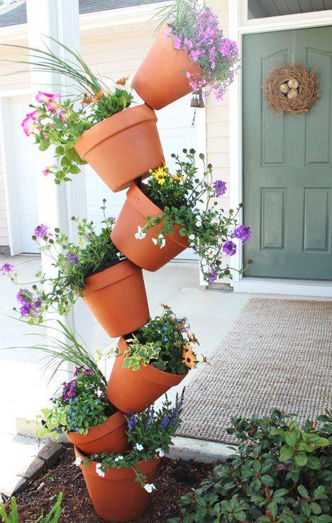colonne de pots avec une barre en fer centrale