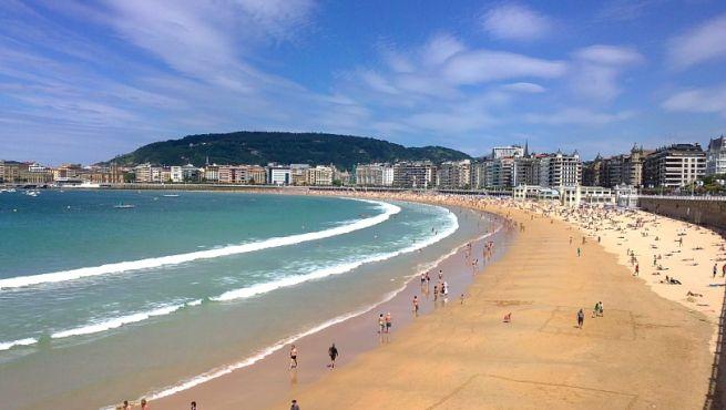 ¿Conoces la Playa de La Concha en San Sebastián? Es una de las más famosas de la ciudad, con un paisaje increíble entre los montes de Urgull e Igeldo