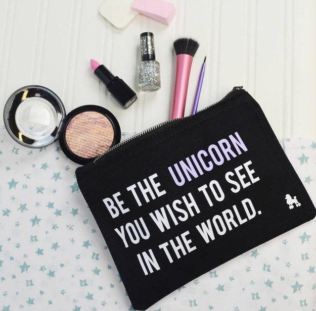 Este inspirador bolso porta cosméticos. | 26 Cosas que todo amante de los unicornios necesita
