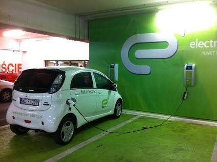MMC Luncurkan Aplikasi Stasiun Pengisian Daya Mobil Listrik