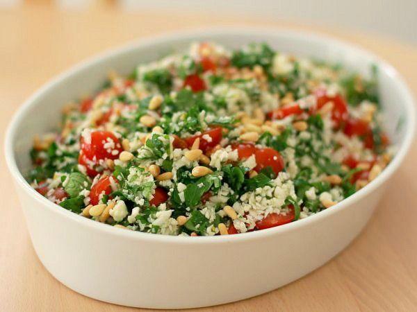 Salaten her blev medbragt til en hyggelig grillaften, og den er ganske fyldig pga. den store mængde blomkål. Salaten virker som sådan ikke tung, men den er meget tæt i strukturen. Opskriften har je...