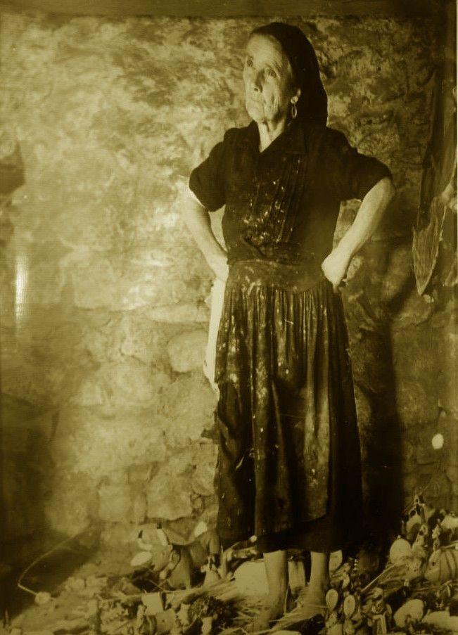 Rosa Ramalho numa fotografia no Museu de olaria.