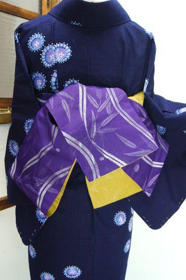 紫に朝露にきらめくような銀の糸美しく、ゆらりとゆらめくよろけ縞と水玉に笹の葉が浮かび上がる半幅帯です。 #kimono