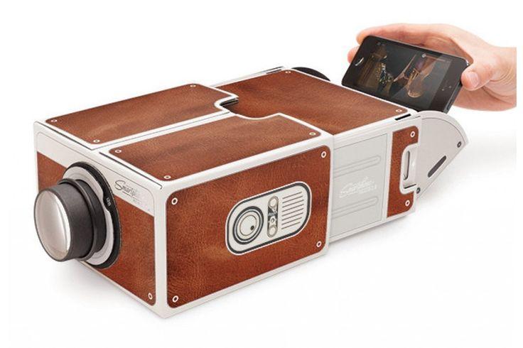 Smartphone Projector 2.0 van Luckies  Dit product is super handig als je films van je smartphone op een groter beeld wilt zien. Het scherm van je mobiel wordt vergroot op je muur geprojecteerd. #smartphone #viewer #camera #cadeau #mannen #sinterklaascadeau #kerstcadeau #verjaardagscadeau #gadget #vaderdag