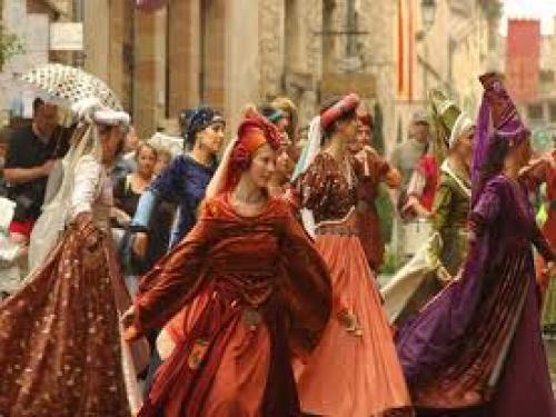 Fêtes du Grand Fauconnier: Les danseuses du groupe Alagramgor - France-Voyage.com