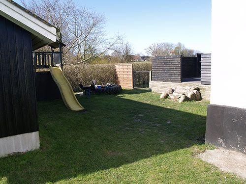 Fritids hus til salg på Samsø med legeområde i haven ved terrassen