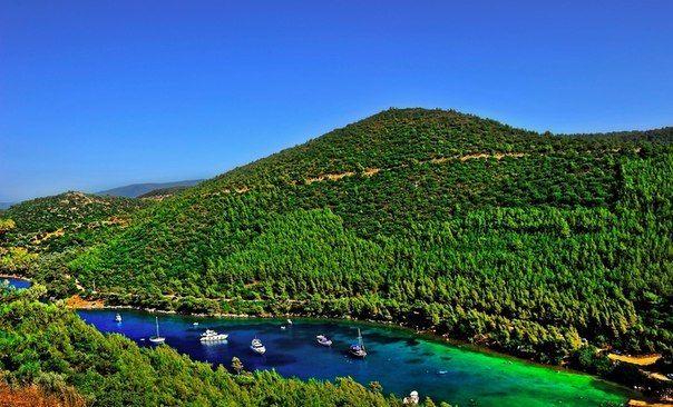 Бодрум — район и город в провинции Мугла, на севере залива Гёкова ( Эгейское море), напротив греческого острова Кос, примерно в 300 км к западу от Антальи.