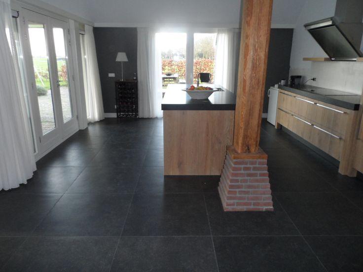 Prachtige antraciet vloertegel van 80x80 in woonboerderij