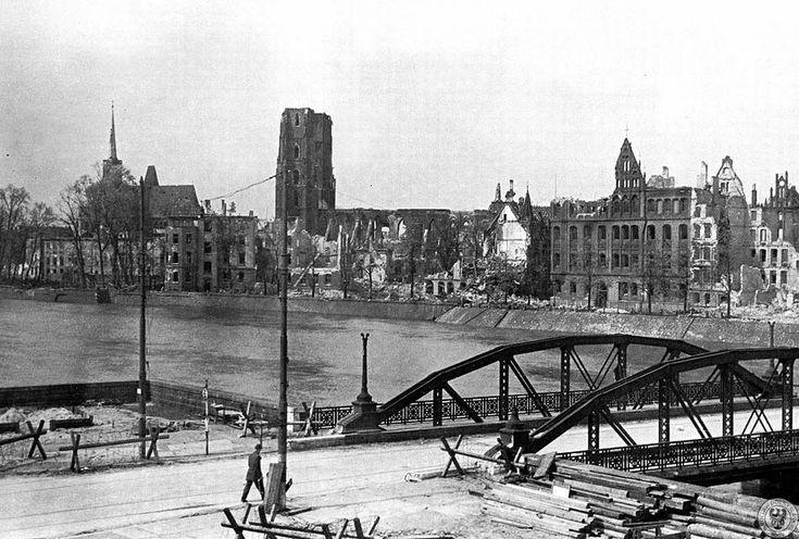 Panorama Ostrowa Tumskiego, na pierwszym planie most Lessinga (obecnie most Pokoju).maj 1945