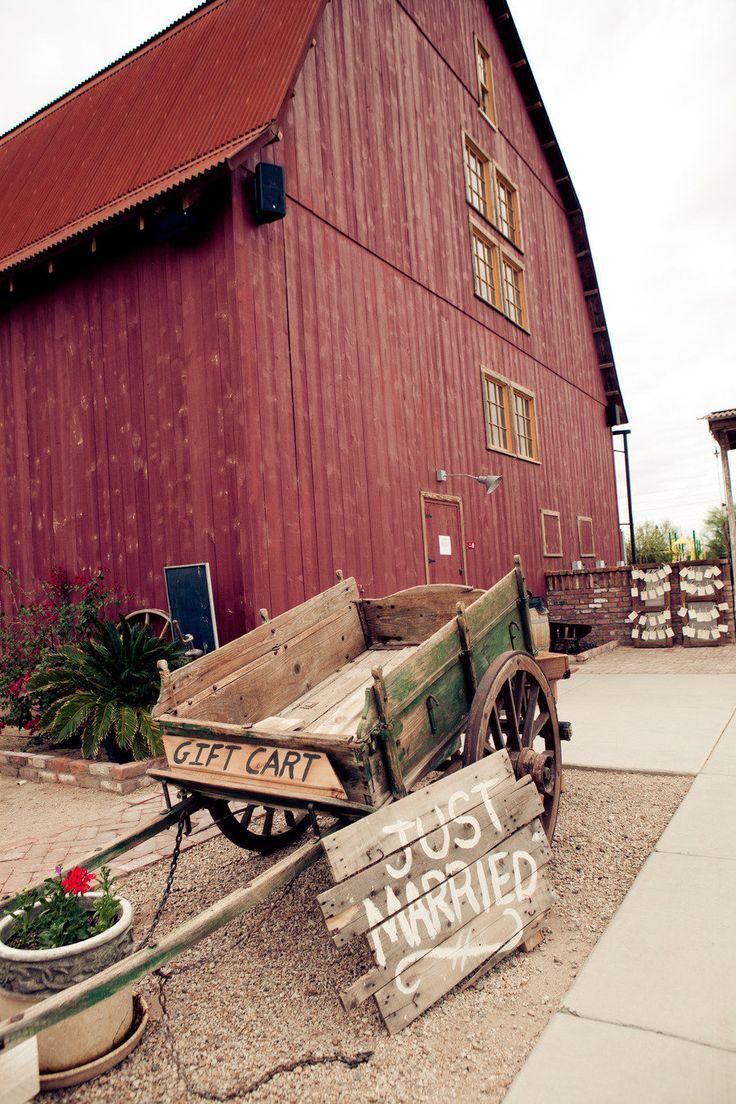 Adorable barn wedding setting! Photography By / http://aboutlovestudio.com