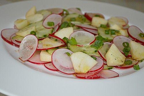 Gurkensalat mit Radieschen und Apfel