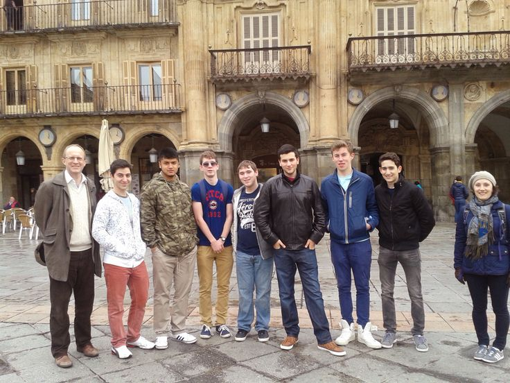 Alumnos de City of London School posan en la Plaza Mayor de #Salamanca, durante su curso intensivo en @Alexandre Scialom Scialom Mattart Sampere #LearnSpanish
