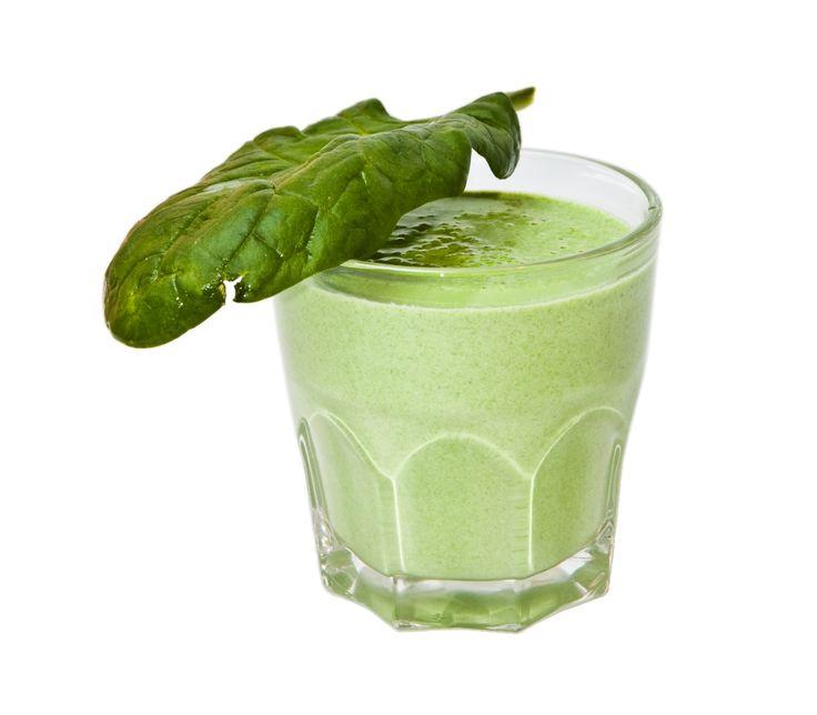 el jugo de 1 limón, media taza de perejil, 1 tallo de apio, 5 hojas de espinacas, 1 trozo pequeño de jengibre, medio pepino y 1 manzana sin semillas pero con cáscara.