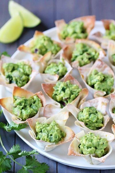 Que bonita presentación: guacamole sobre canastitas de pasta philo, o incluso de pan aplanado con el rodillo y horneados en una charola para cupcakes.
