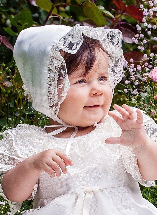 Grace of Swedens ljuvliga dophätta Grace-Estelle med spetsar i egen design.