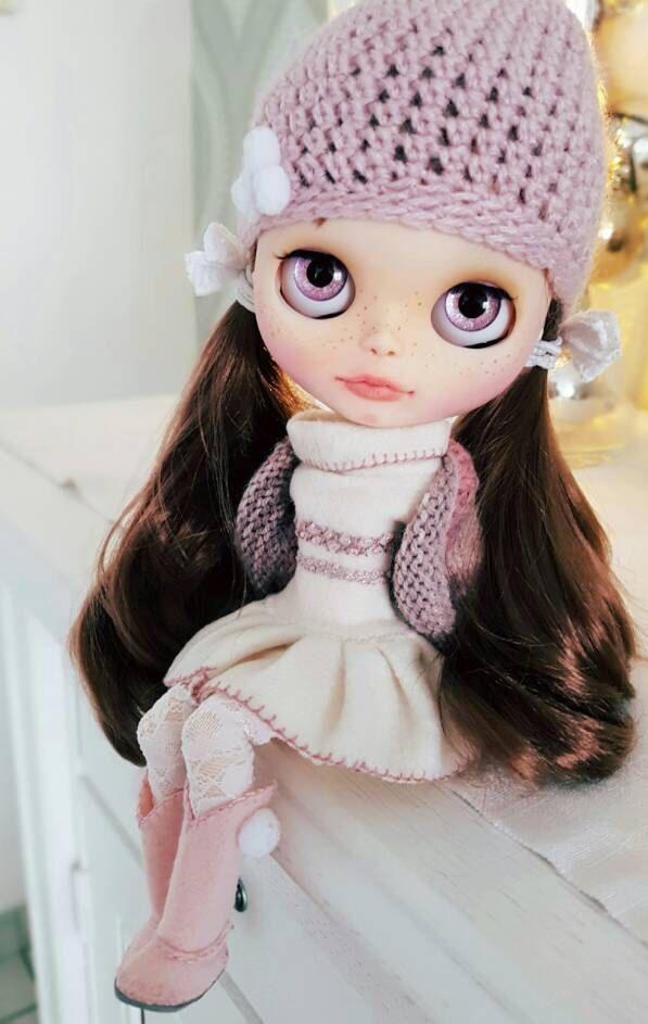 Deborah is klaar om de wereld, en haar nieuwe thuis te ontmoeten! Ze is een kind van de winter en ziet er super schattig in warme sjaals en wollig laarzen. Ze heeft trekken tekenreeksen in ijzige witte en blauwe aan haar karakter. Het werk dat ik deed op haar werd gedaan met veel liefde en aandacht voor detail. Ze is gematteerd en verzegeld met diverse jassen voor MSC. Haar Filtrum, neus en mond gebied werden gesneden. Ze heeft suikerlaagje lippen, pastels naar boven, nieuwe wimpers en…