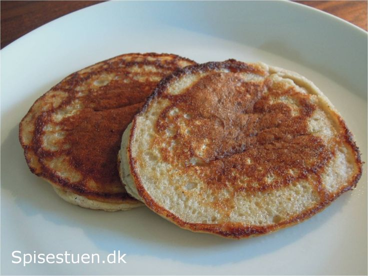 Ingredienser 3 æg 225 g. banan 200 g. hytteost 1 tsk. bagepulver 1 tsk. vanillepulver (kan erstattes af 2 tsk. vanillesukker,men så er den ikke paleo-venlig) 3 spsk. kokosfiber Æg, banan og hytteo…