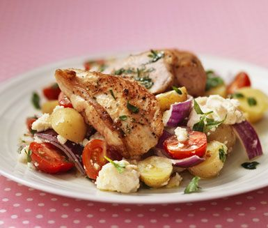 Ost- och potatissallad är en himmelskt god sallad på färskpotatis. För en komplett smakupplevelse ska du servera potatissalladen och getost tillsammans med kyckling i örtsås.