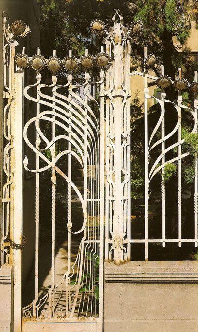 Ferrara Villa Melchiorri, 1903 - 1904 , Viale Cavour ; la famosa cancellata di Villa Melchiorri realizzata da Augusto de Paoli, dominata alla sommità da sinuosi girasoli . Particolare dell' ingresso pedonale.