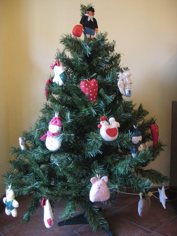 Muñecos de tela para decorar el árbol de Navidad.