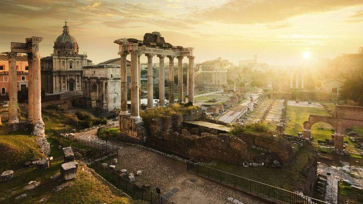 Atardecer en el Foro Romano, con las ruinas del templo de Saturno en el centro.