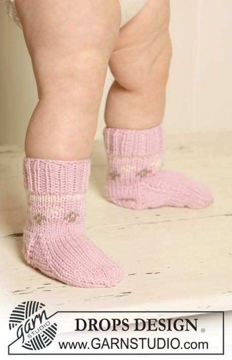 """Stickade DROPS sockor med mönster i """"Merino Extra Fine"""". ~ DROPS Design"""